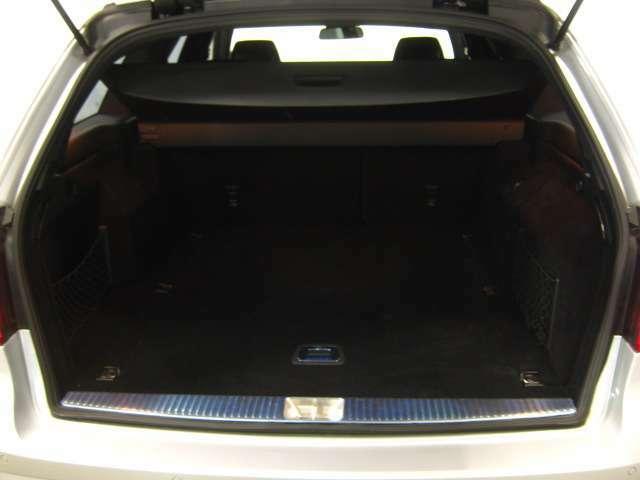 広い開口部のトランクなら、ついつい買い物しすぎても楽々荷物が積載可能です。