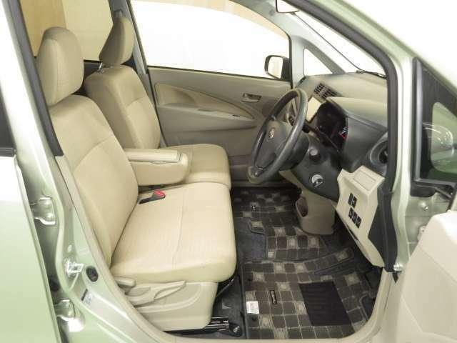 運転席には目線の高さ調整できるハイトアジャスターもあり便利ですね。