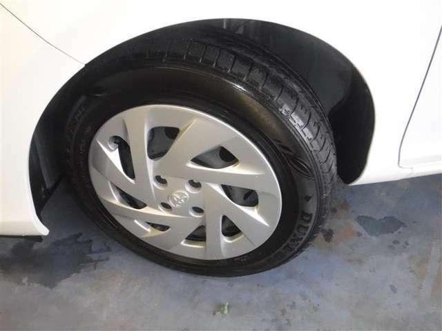 175/65R15サイズのタイヤを装着しています。デザインの良いホイ-ルキャップを装着しています。