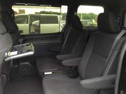 高級感あふれるブラックシートにロールアップ式サンシェードも完備し、車内での休憩タイムをより快適に過ごせる、助手席シートバックテーブル完備! カップホルダーも2個付いて、置く場所に困ることもありません!