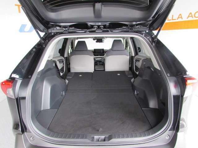 バックドアの開口が広く、荷物の積み下ろしがとても楽です。リヤシートをたためば大きい荷物が結構積める余裕のラゲージペース!