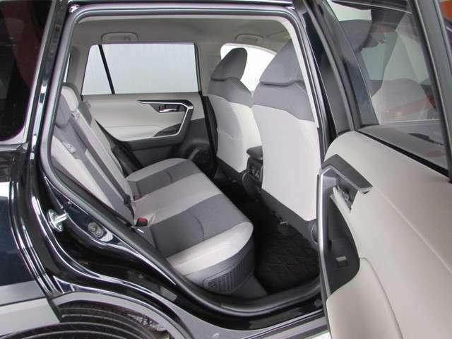 車高が少し高く乗り降りが楽、座り心地の良いモケットシート。