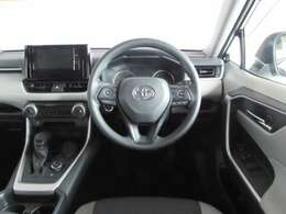 フィット感のある革巻きハンドルと便利なステアリングスイッチ付き、フロアーCVTシフトでとても運転しやすい車です。