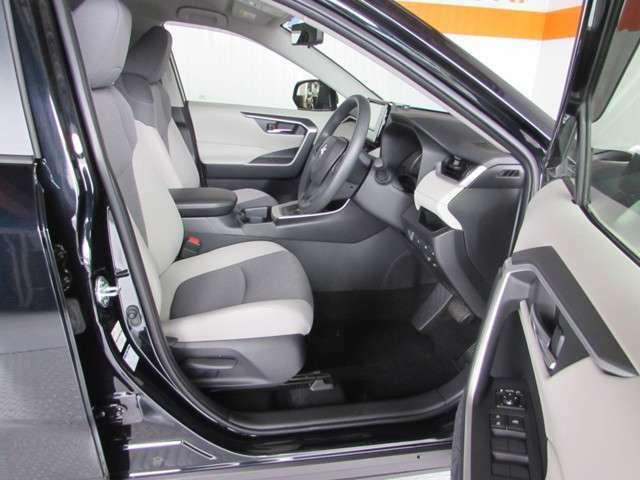 乗り降りが楽なフロントドアの開口と適度なホールド感。ドライバーを支えてくれる上質なシートでロングドライブも大丈夫。