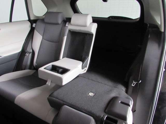 後席ドアの広い開口と座り心地の良いアームレスト付きシート、後席でもゆったりくつろげます!