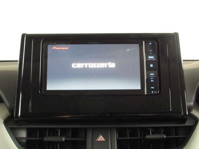 フルセグメモリーナビ付き。CD・DVD再生のほか色々なソース機能付きです!TVや好きな音楽で楽しいドライブはいかがですか!