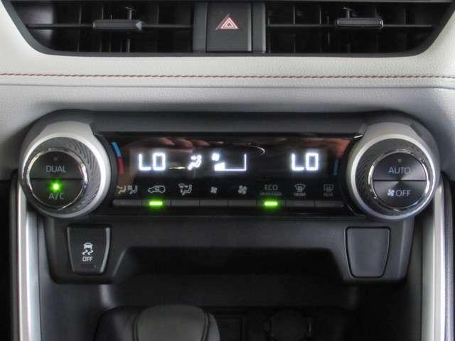オートスイッチONで温度調節の快適装備デュアルオートエアコン。運転席・助手席独立の温度調整と後席もオートエアコンで心地良い室内。