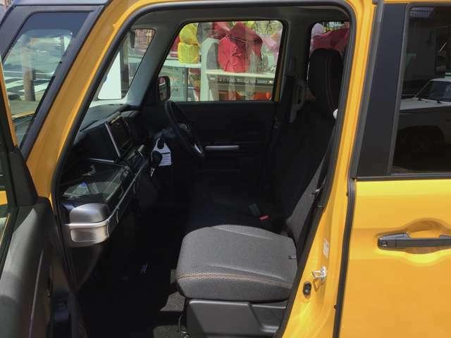さまざまな体格の方が快適に運転できるよう配慮したシートと、操作性を考慮したステアリングホイール、ペダル、シフトレバーは、楽な運転姿勢と適切な操作性の確保により疲労を低減します