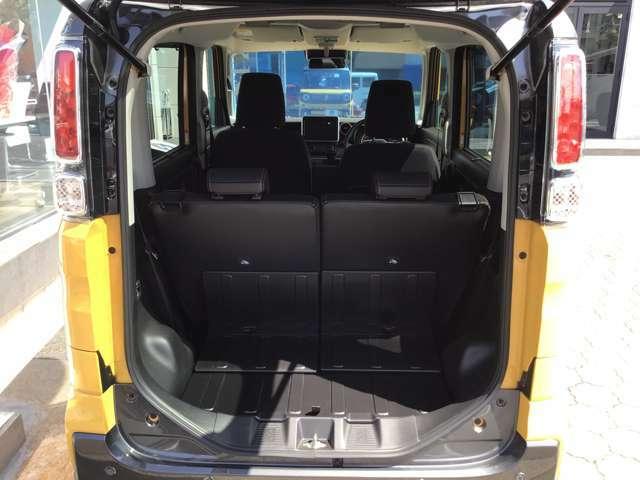 低床&大開口で積み下ろしがしやすい荷室開口部。リヤシートは、荷室側からもワンタッチで折りたためる左右独立式