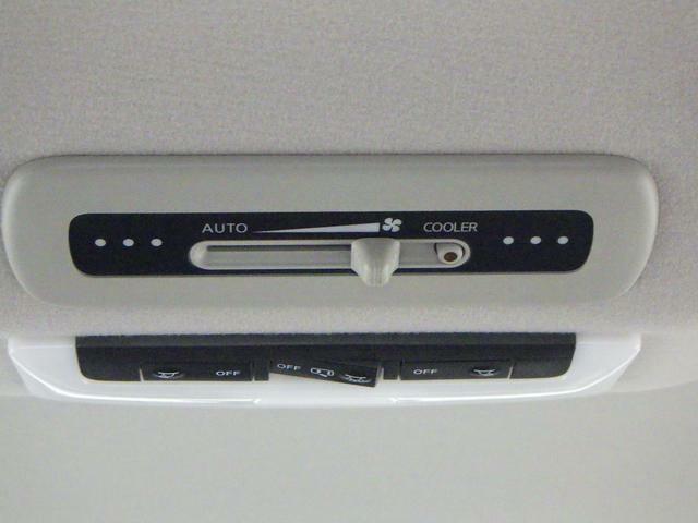 後席に涼やかな空気を送り込む リヤクーラーを装備しています。