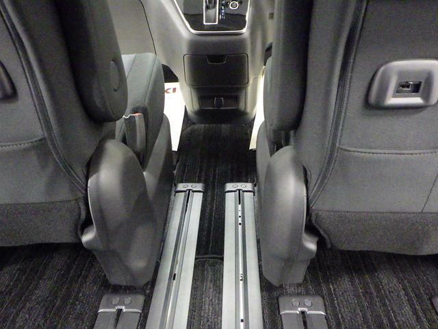 前席・後席間の移動がラクラクな ウォークスルーを装備しています。
