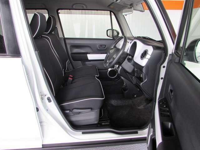 軽カーですが車高が高いので乗り降りがし易く、シートは上質で座り心地良く、ロングドライブが楽しめる結構広々とした室内です。