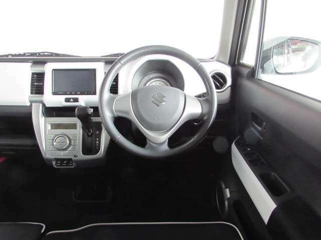 操作性が良くシンプルな運転席廻り。操縦操作性の良い車です!