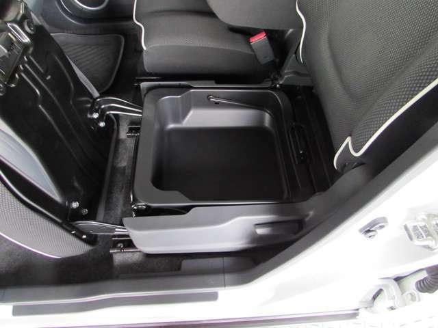助手席シート下の小物入れ他、車内には便利な小物入れが充実しています。