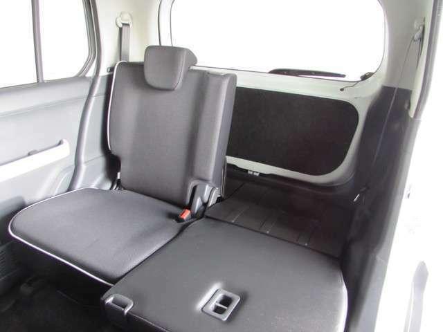 リヤシートは使い勝手が良く片側また両側たためるシートです! 折りたためば少し長めの物や大きめの荷物を積むことが出来ます。