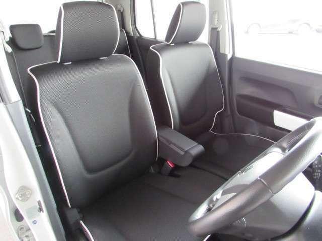 ロングドライブには欠かせない小物入れ付きセンターアームレスト、乗り心地良く座りやすいベンチタイプのシートです!