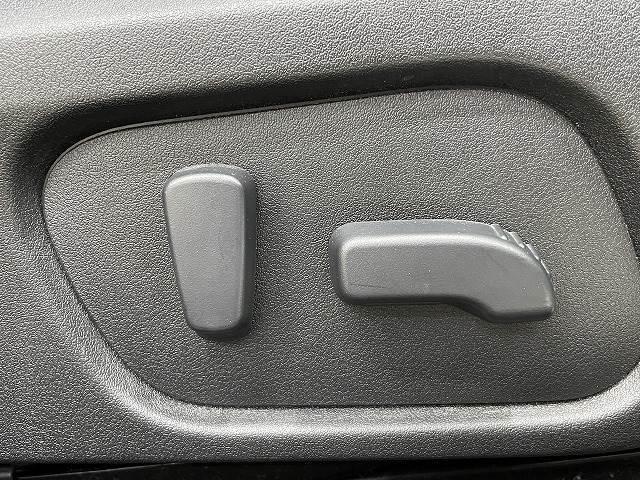 パワーシート装備でお好みのドライビングポジションに設定可能です。