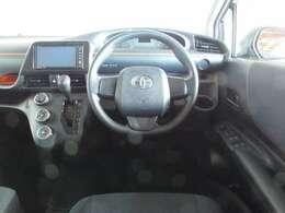 握りやすいハンドルと、シンプルで見やすいメーターやスイッチ類!インパネシフトで操作性が良く運転しやすい車ですよ!
