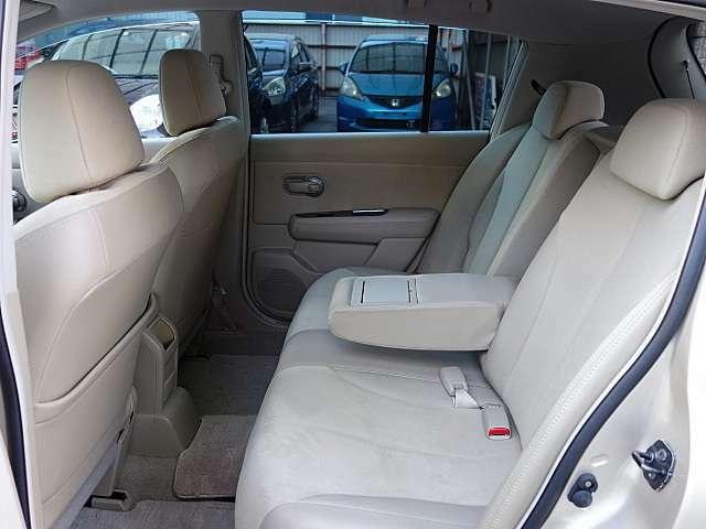 後部座席もゆとりがあって5人定員乗車でストレスなくお乗りいただけます。センターアームレスト付きです。