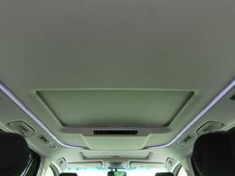 ●人気装備!!【ツインムーンルーフ】開放的なムーンルーフからは、爽やかな風や温かい陽の光が車内に差し込みます。