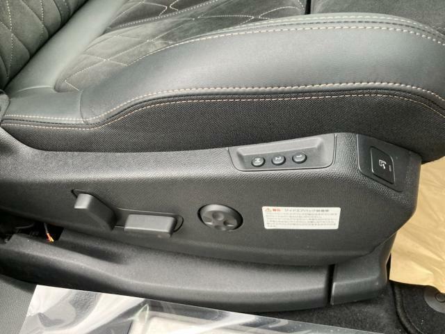 運転席メモリー付電動シート&マルチポイントランバーサポート(内蔵された8つのマルチポイントが空気圧により膨張収縮し、肩から腰部をサポート。ロングドライブ時のストレスを緩和してくれます。