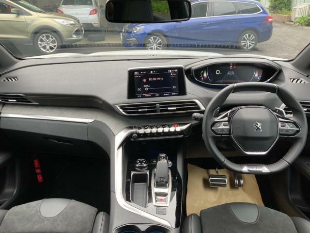 美しく張り詰めた空気感を醸し出すi‐Cockpit ドライバーが求める情報と操作機能はここに集約されています。
