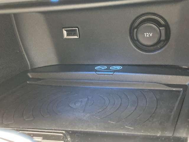 ワイヤレス充電器 ワイヤレス充電規格Qiに適合したスマートフォンなどを置くだけで充電できます。 USBポート 12V電源ソケット