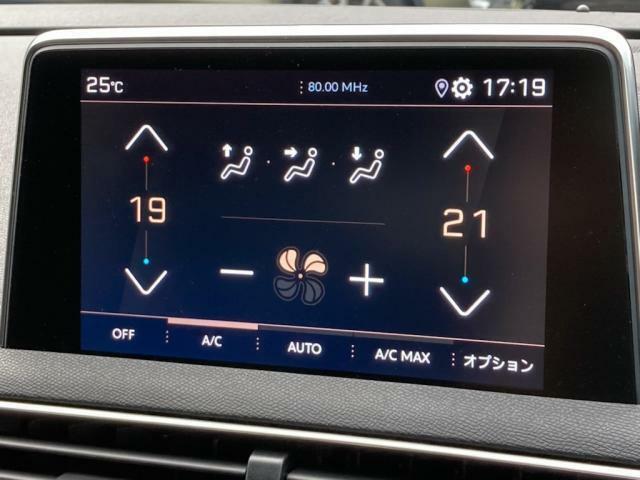 8インチタッチスクリーン エアコン操作・メディア再生・ハンズフリー通話・ドライバーアシスタンス・ナビゲーション(オプション装着)などの情報表示と操作を行います。左右独立調整式オートエアコン