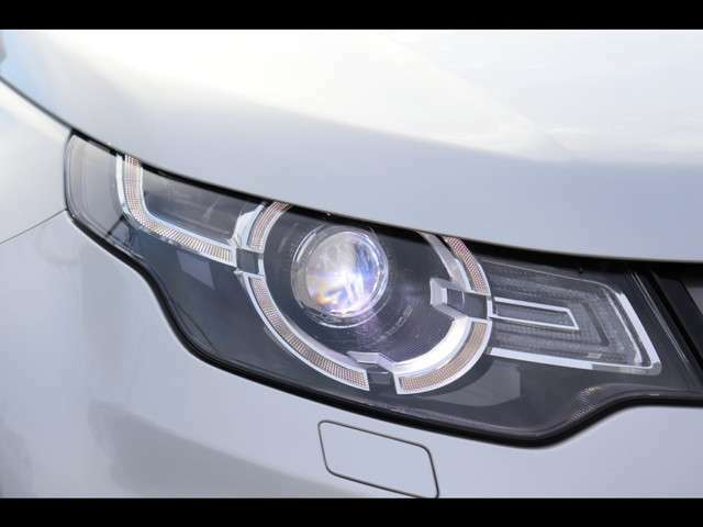 キセノンヘッドライト「青白い光軸が特徴のキセノンヘッドライトを採用。レンズの黄ばみや、曇りもなくきれいな状態です。」