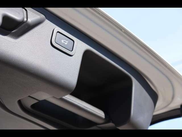 ハンズフリーパワーテールゲート「車体後部の両サイドに設置したセンサーにより、足を入れることで車に触れることなくテールゲートの開閉が可能です。」