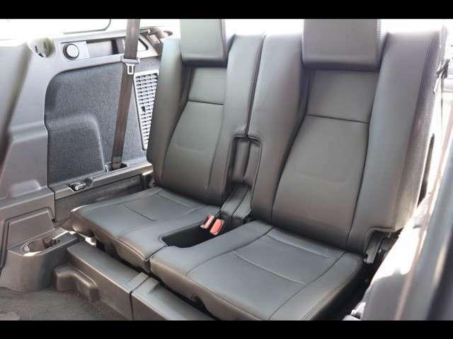 オプション3列目パック。サードシートを装備。必要になった時に簡単な動作で座席が作れます。座りやすさも考えて設計されておりますのでご安心ください。