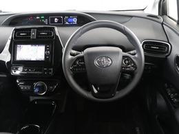 センターメーターで視界良好な運転席廻りです。運転時の視線移動が少なくて済むので安全性にも一役買ってくれますね。ぜひ一度ご覧になってください。見易さが違いますよ。センターメーターで視界良好な運転席廻