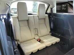 マニュアルサードシート(262,000円)「7人乗れるようにサードシートを装備。普段は収納することにより、ラゲッジスペースをより効果的に使用できます。」