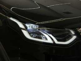 プレミアムLED ヘッドランプ(シグネ チャー DRL付き)(163,000円)フロントフェイスを際立たせるシグネチャーデイタイムランニングライト(DRL)を備えたプレミアムLEDヘッドライト。