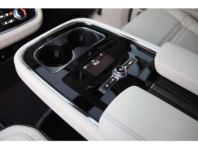 大型のリヤセンターコンソールにはインターフェース機能も備わり、後部席からオーディオコントロールも可能です。