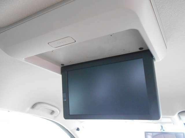 後席用モニターで後部座席の方も退屈せずにドライブ等を楽しむことが出来ます。