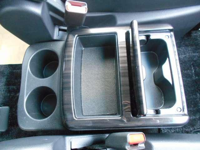センターコンソールにはドリンクホルダーと小物入れがついてますのでドライブに便利ですね。