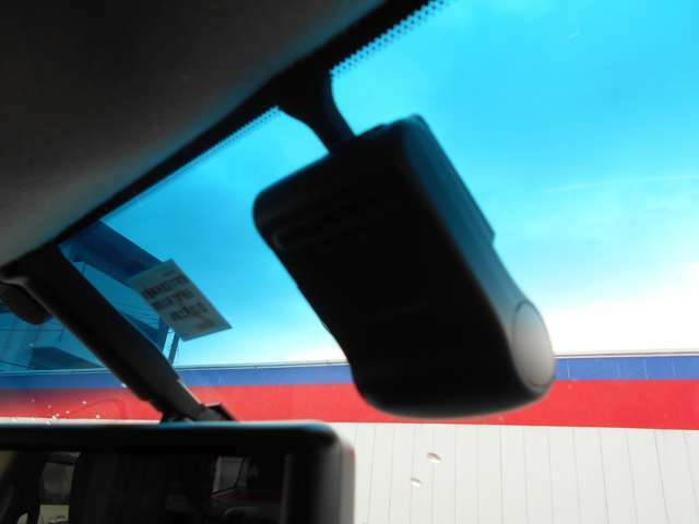 万が一の事故のときに証拠としても使えるドライブレコーダーが装備されています。