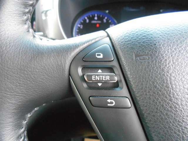 ステアリングスイッチ搭載で手元でオーディオやナビの音量調整等が出来ますので目線をずらすことなく使用できるので安全ですね。
