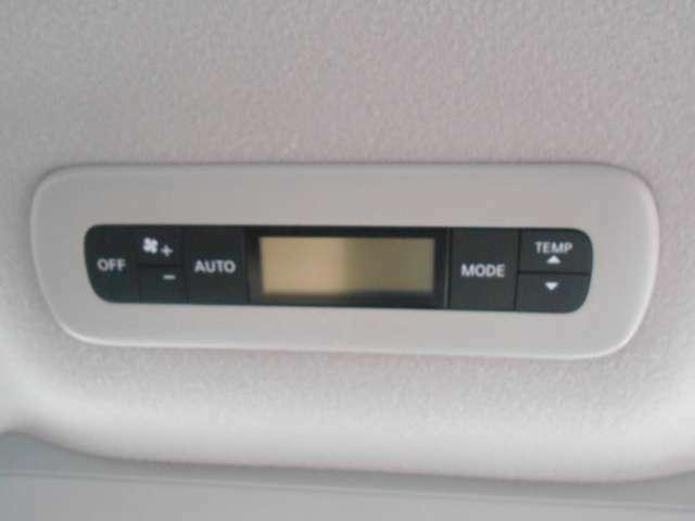 広い車内ですのでリアシート側にもエアコンが付いてますので快適に過ごせますよ。