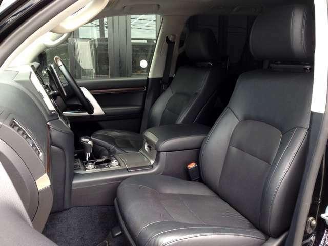 高級感あふれる黒革シート! 運転席&助手席はパワーシート完備で、ベストシートポジションまで力不要で移動できます! 運転席&助手席ともに寒い冬の強い味方、シートヒーターも完備です!