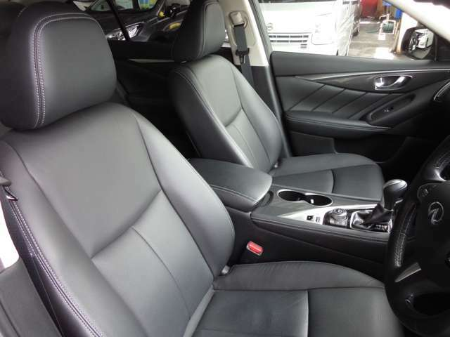 フロントシートです。ブラック本革パワーシートです。