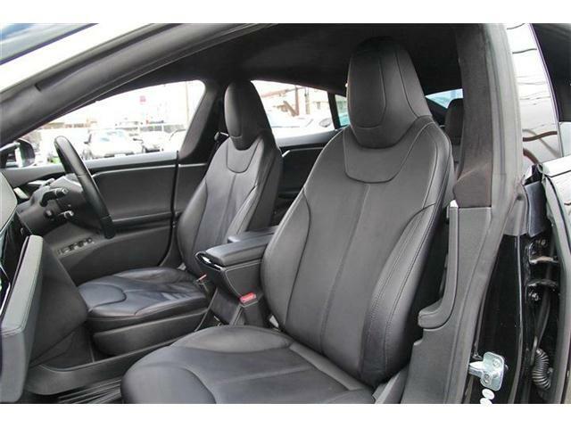 後部座席は十分なスペースが確保されゆったりと快適にお乗り頂けます