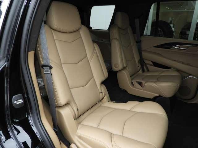 二列目シートはアームレスト付きのキャプテンシート仕様になっておりリクライニング付きのとても快適なシートです。また、独立シートとすることで三列目へのアクセスも無理なく容易に可能です。