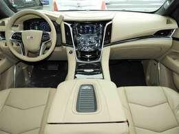 206cmの車幅からくるダッシュボードは堂々たるもの!センターコンソール内はクーラー機能付きで長距離ドライブの強い味方。コンソールのふたには非接触充電器も備わります。