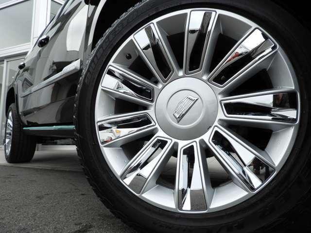 285/45R22の巨大なタイヤ。クロームのインサートがとても印象的なデザインです!巨大なボディと巨大なタイヤ、この組み合わせが映えるのもエスカレードならではではないでしょうか!