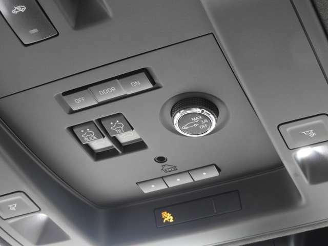 ヘッドコンソールにはルームランプのスイッチの他、ハンズフリーパワーゲートのスイッチ、サンルーフの操作スイッチが備わります。サンルーフにはチルト機能も付きちょっとした換気の際は大活躍です!