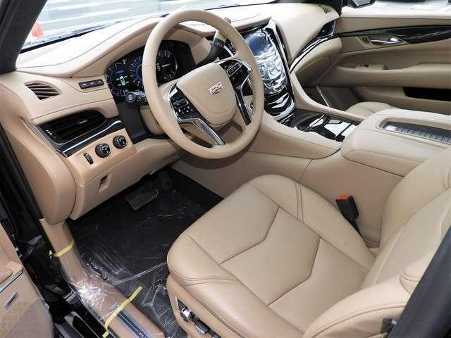 運転席は電動チルト&テレスコピックステアリング、ステアリングヒーター、電動アジャスタプルペダル、18ウェイ電動シート、シートヒーター&ベンチレーション、シートマッサージ機能と至れり尽くせりのシートです
