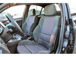 しっかりとホールドしてくれますので、アグレッシブなドライビングでも安心して体を預けられます。