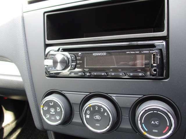 オーディオはケンウッド製のCDデッキを装着しています。もちろん、AM・FMラジオも楽しめます。♪♪♪
